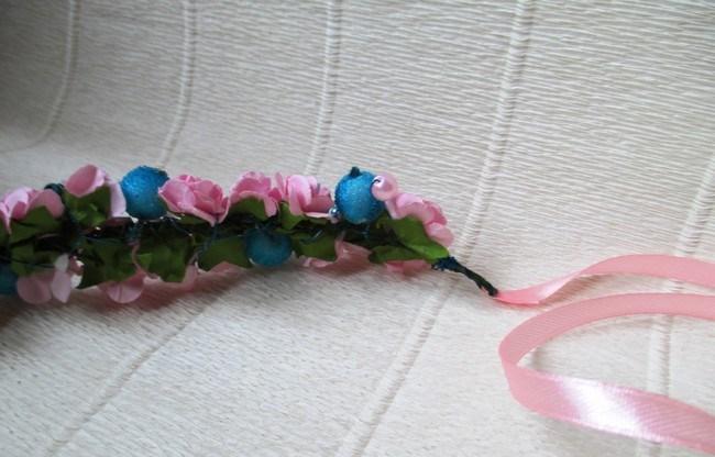 Мастер-класс по созданию венка из искусственных цветов с декоративными бусинами. Шаг 7
