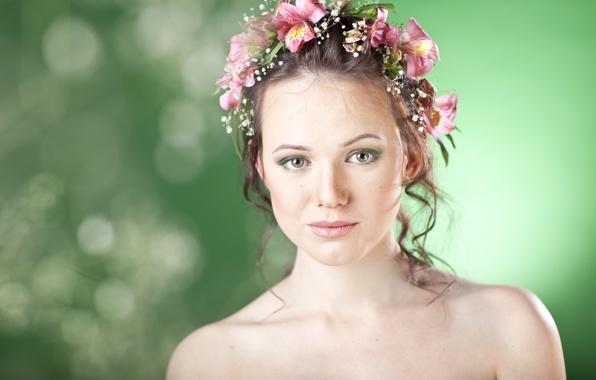 Девушка в венке из лилий