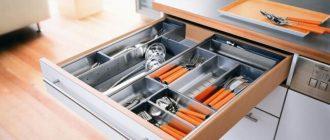 Выдвижной ящик с кухонными приборами