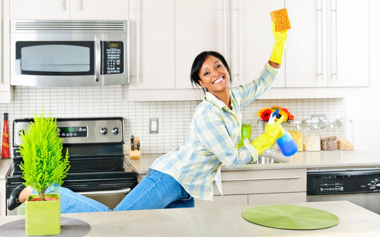 Молодая женщина на кухне