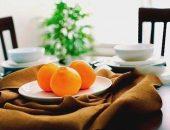 Тарелка с апельсинами на столе